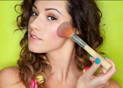 4 Cara Memakai Blush On yang Baik dan Benar