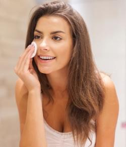 5 Cara Menggunakan Air Mawar Sebelum Make Up Agar Tahan Lama