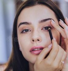 4 Cara Membersihkan Eyeliner Hingga Tuntas